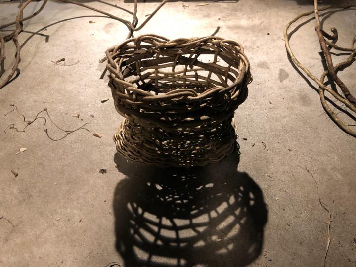蔓で籠を編む